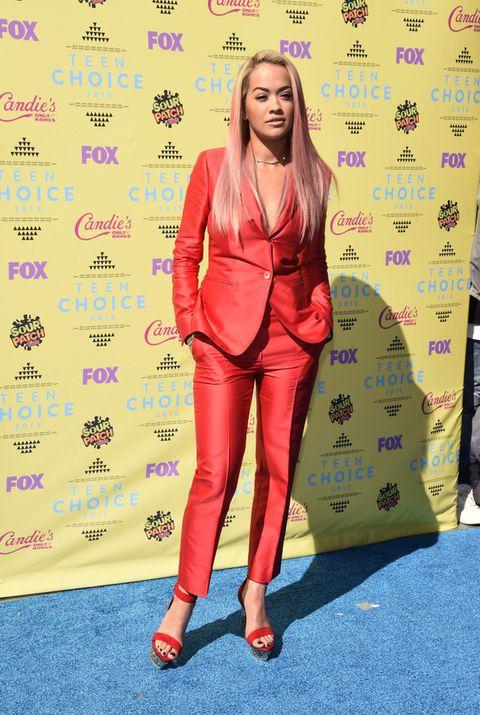 <p><strong>Rita Ora</strong> apostó todo al rojo con un traje de <strong>Max Mara</strong> y unas plataformas monocolor.</p>