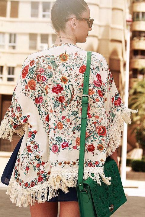 <p>Detalle de la mantilla con estampado floral y flecos de Zara.&nbsp;</p>