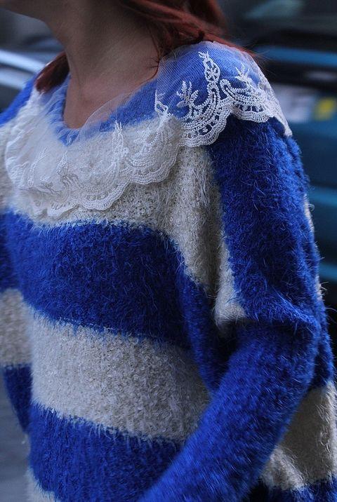 <p>Detalles de encaje en el jersey oversize a rayas. Es de la marca Flor de canela.</p>