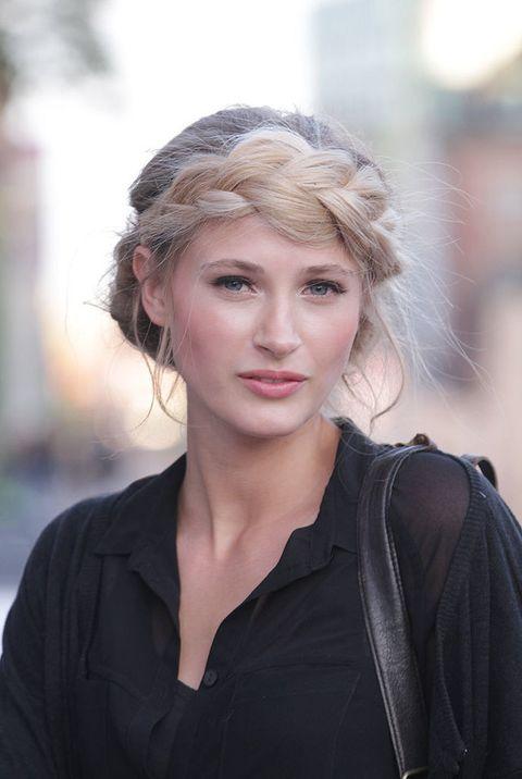 <p>Caroline es modelo. La fotografiamos en la calle con un maravilloso peinado que consiste en una maxitrenza que enrosca por la frente a modo de diadema xxl. </p>