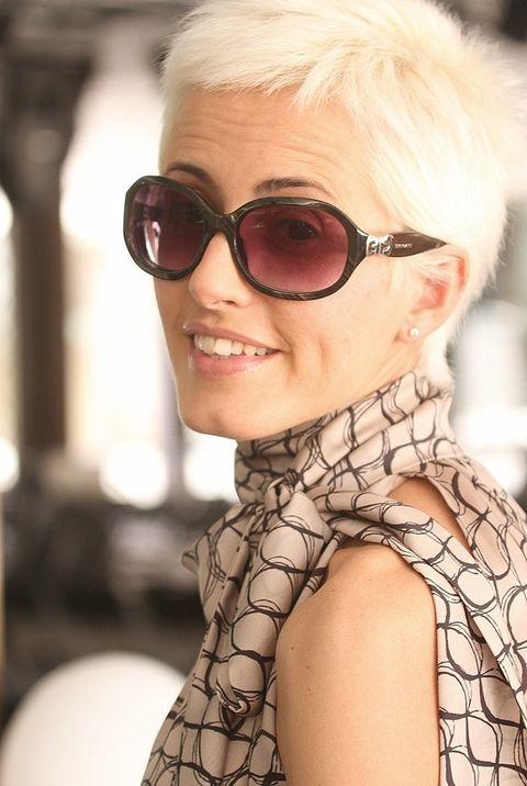 <p>Las gafas de sol de pasta negra son de Bulgari.&nbsp&#x3B;</p>
