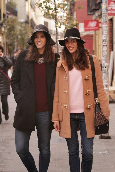 <p>Carmen y María posan para nuestro objetivo en la calle Augusto Figueroa con dos looks similares pero con sutiles diferencias.&nbsp;</p>
