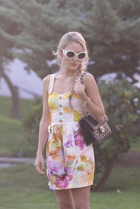 <p>Para el encuentro con las bloggers escogió un minivestido con print floral de Ancora. Lo acompañó con un bolso guateado azul tinta de Chanel y un reloj gold de Michael Kors.</p>