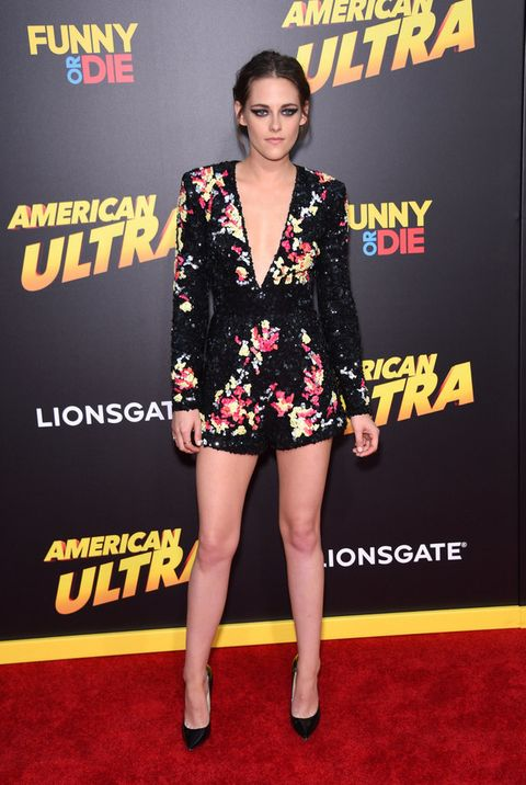 <p>Hay ocasiones en las que <strong>Kristen Stewart</strong> acierta, y la premiere de 'American Ultra' en Los Angeles fue una de esas veces. Perfecta en todos los sentidos con este mono corto de escote en uve con paillettes en negro y simulando flores, de <strong>Zuhair Murad</strong>. Le añade unos salones básicos y pone el broche con su maquillaje destacando sus ojos.</p>