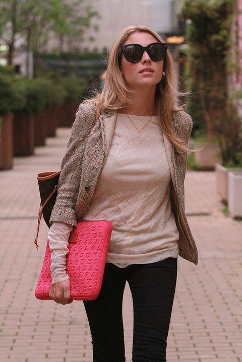 <p>La blusa semitransparente de color beige es de Zara. La americana con hilo de oro la compró en Prada.&nbsp;</p>