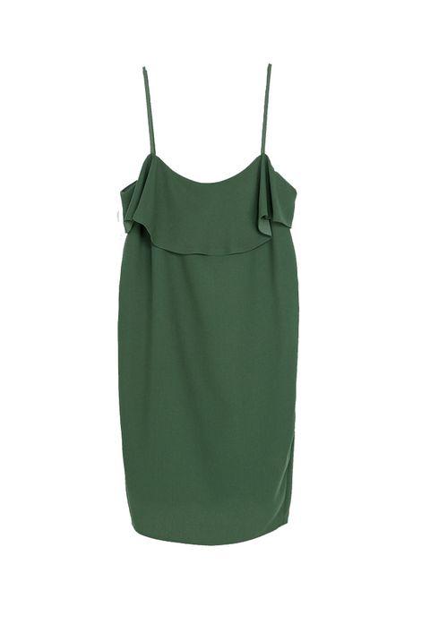 <p>Brilla con un vestido sencillo de un color especial que va con tonos a contraste como el morado o a juego como el dorado. <strong>Es de Zara (29,95 €).</strong></p>