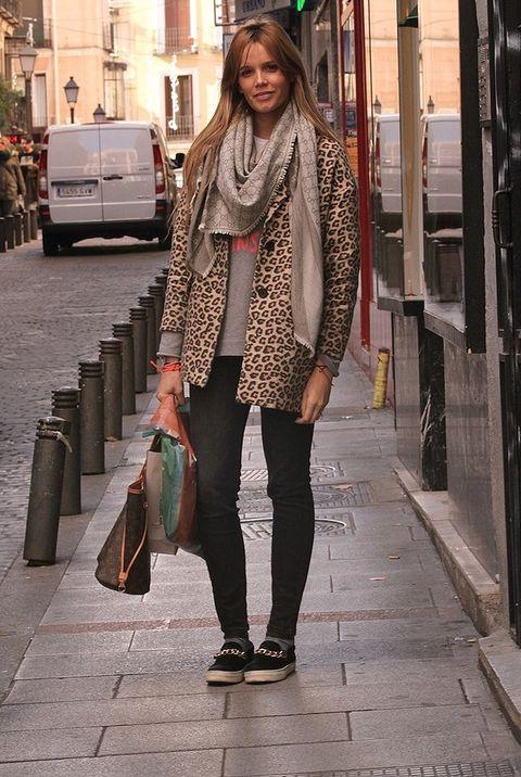 <p>Los abrigos de pelo sintético son la mejor opción cuando bajan las temperaturas. El que lleva Estixu con estampado de leopardo es de Stradivarius.</p>
