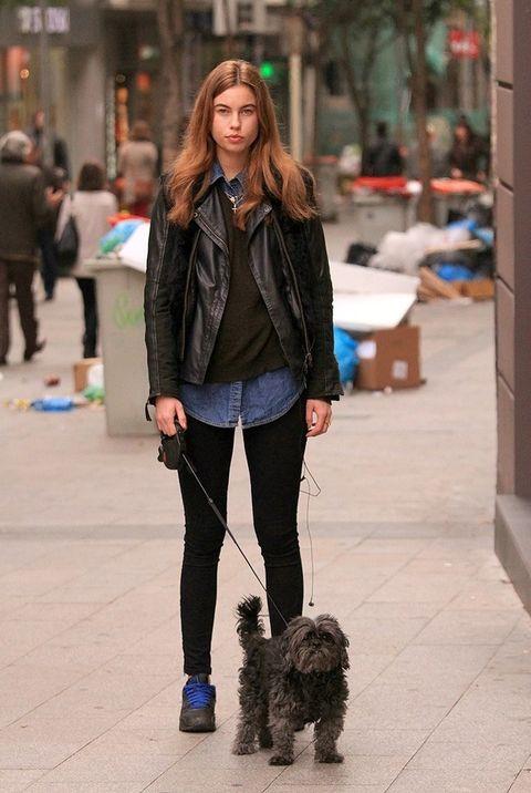 <p>Amanda acaba de salir a dar una vuelta con su mascota. Viste unos pantalones slim de Zara, un chaleco negro de pelo de <strong>And you</strong> y una cazadora motera de Boch.&nbsp;</p>