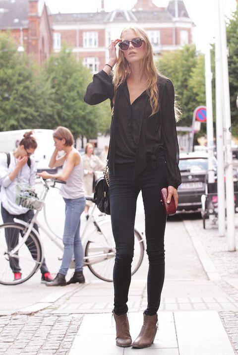 <p>El negro nunca pasa de moda. Elegante, sencillo, favorecedor… Este es el look que ha escogido Astrid para su cita con las nuevas colecciones de primavera-verano 2013. </p>