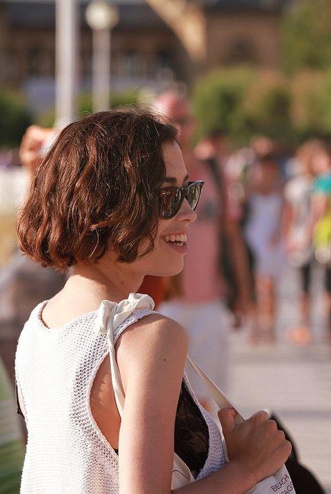 <p>Nos encanta su melena corta y ligeramente rizada al más puro estilo Keira Knightley.</p>
