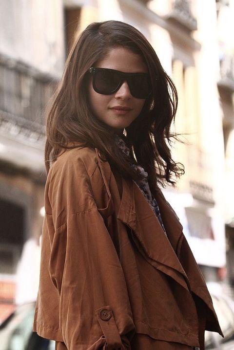 <p>Alba posa con una gabardina de color teja de Urban Outfitters. Las gafas de sol de pasta negra son de Surface to Air.&nbsp&#x3B;</p>