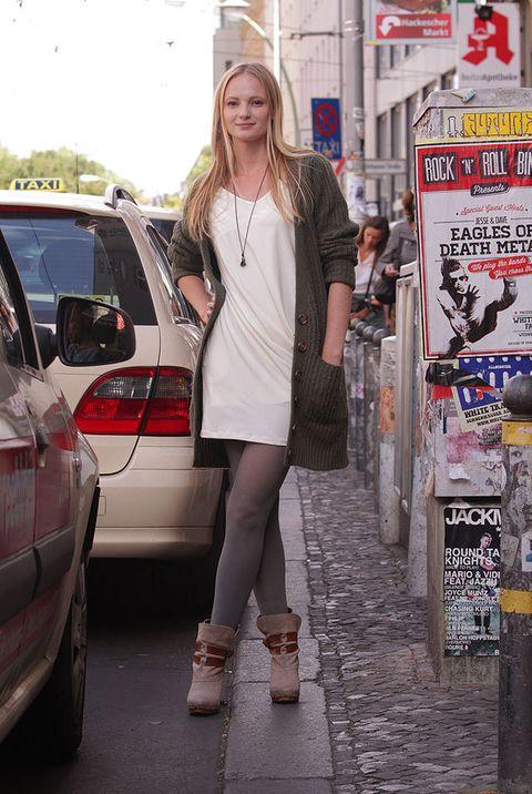 <p>Therese apuesta por un look relajado en corto compuesto por un vestido estilo pijama party en blanco roto de Josh Brady y un cardigan de punto de <strong>Asos</strong>. </p>