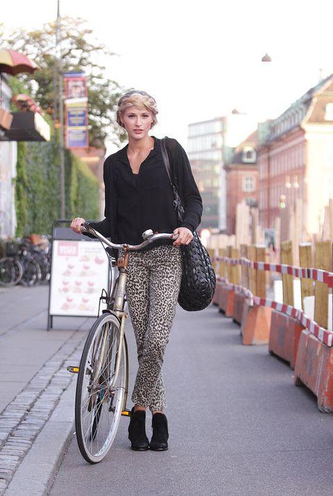 <p>La modelo acude a trabajar en bicicleta, el mejor modo de mantener su cuerpo a tono. </p>