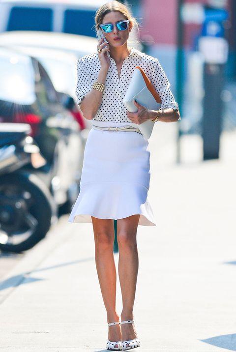 <p>De blanco y con muchas energía para afrontar un dura jornada de trabajo. Nos gusta este look de <strong>Olivia Palermo</strong> con&nbsp;falda blanca a la rodilla con volante inferior, camisa de topos black &amp; white, peep toe de pulsera con el mismo print y cartera sobre con toques de naranja.&nbsp;&nbsp;</p>