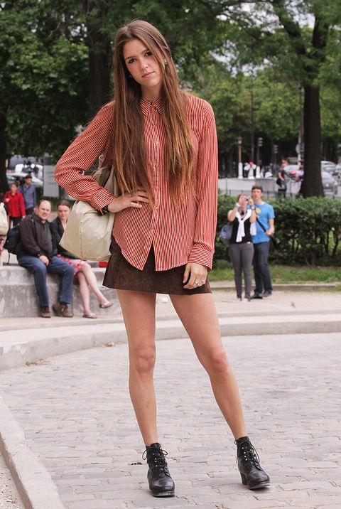 <p>Gabrielle es fotógrafa y periodista de moda. Hoy lleva una camisa masculina a rayas beige y roja de <strong>Necessary Clothing</strong> y una minifalda de ante de color marrón chocolate, de <strong>Urban Outfitters.</strong></p>