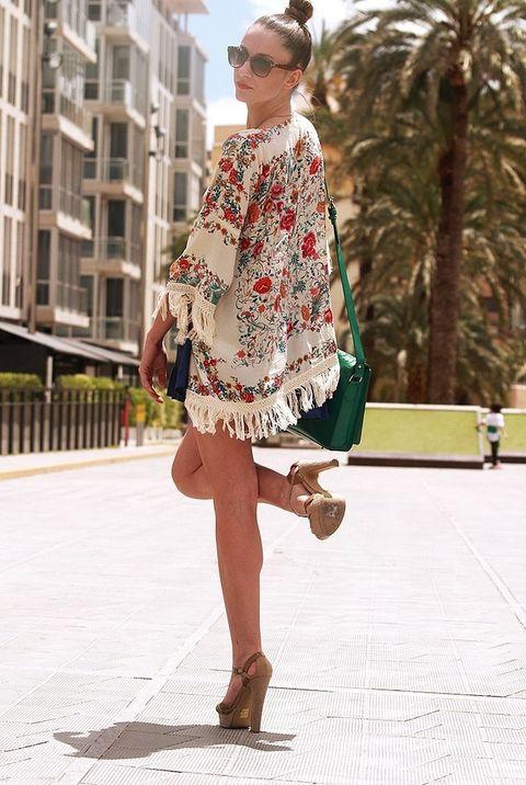 <p>Jessica Yaben se decanta por una mantilla con estampado floral con reminiscencias kimono de Zara.&nbsp;</p>