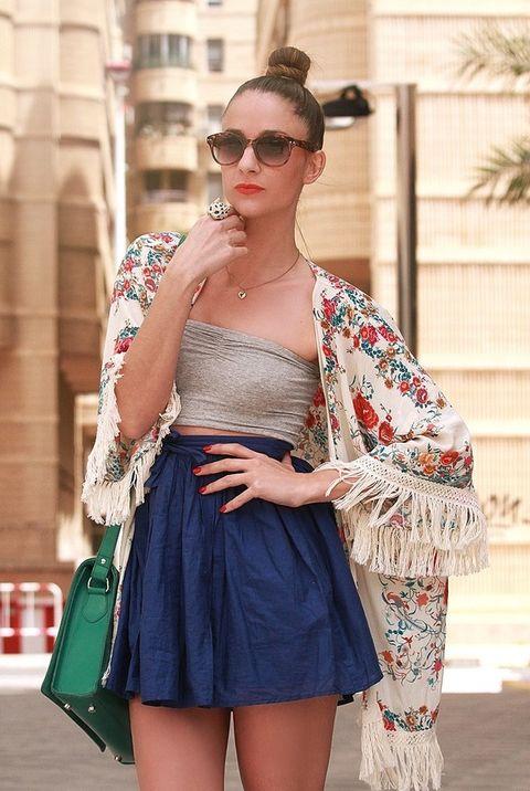<p>La minifalda de color azul eléctrico es de Topshop. El microtop bandeau lo compró en Asos.&nbsp;</p>