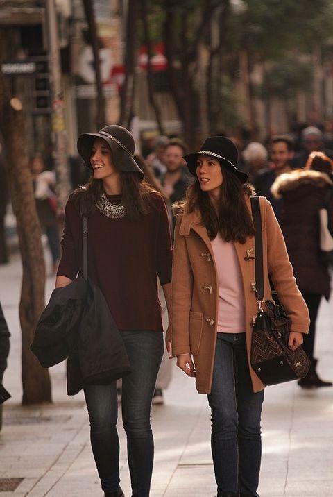 <p>Las compras de Navidad resultan mucho más agradables (y menos estresantes) cuando lo haces acompañada. Carmen y María son amigas y han salido juntas por la calle Fuencarral a ver qué encuentran.&nbsp;</p>