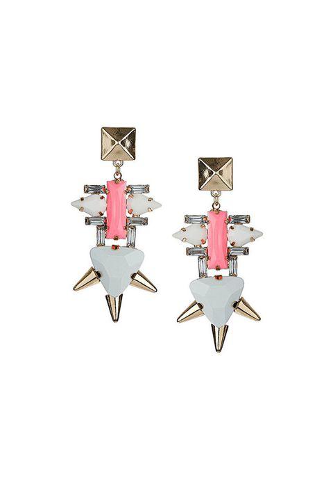 <p>En colores delicados y femeninos, pendientes <strong>de Topshop, 18 €.</strong></p>