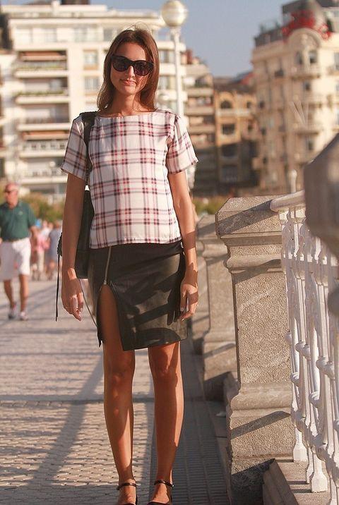 <p>La minifalda abierta de cuero negro es de All Saints y la camiseta a cuadros la compró en Topshop.&nbsp;</p>