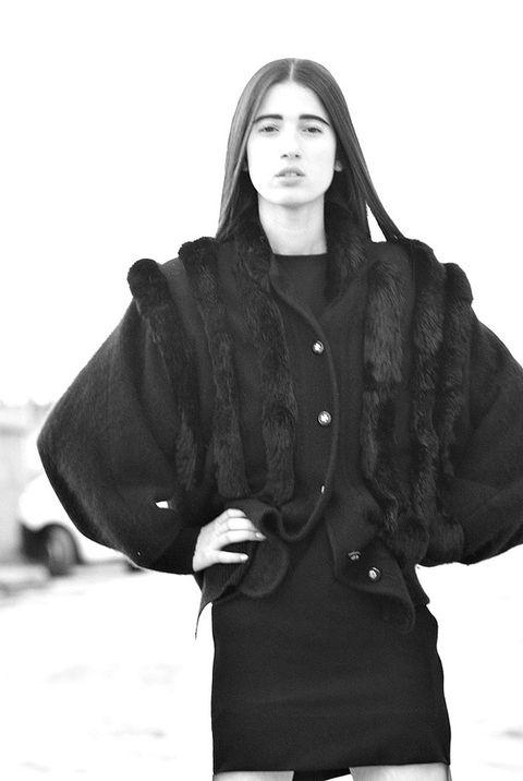 <p>Increíble pero cierto. La chaqueta negra con vetas de pelo la rescató del armario de su abuela.&nbsp;</p>