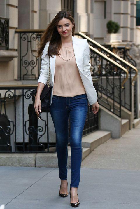 <p><strong>Miranda Kerr</strong> está ideal se ponga lo que se ponga, pero su look con jeans pitillo nos encanta y lo vamos a copiar seguro en nuestra lista de outfits para la oficina.</p><p>&nbsp;</p>