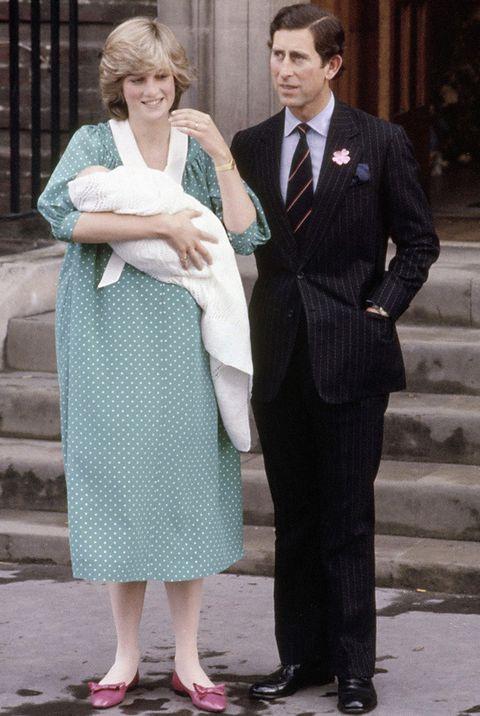 <p>Kate hizo un guiño a la princesa Diana luciendo un vestido en un tono similar y con el mismo estampado al que lleva la madre de su marido en la presentación de éste.</p>