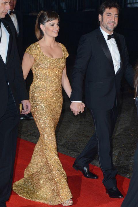 <p>De la mano de su marido y deslumbrando a su paso por la alfombra roja gracias a su vestido de manga corta y línea sirena cubierto de lentejuelas doradas de <strong>L'Wren Scott</strong>. Siguiendo con el look glitter, la actriz lució unos peep toe de paillettes.</p>