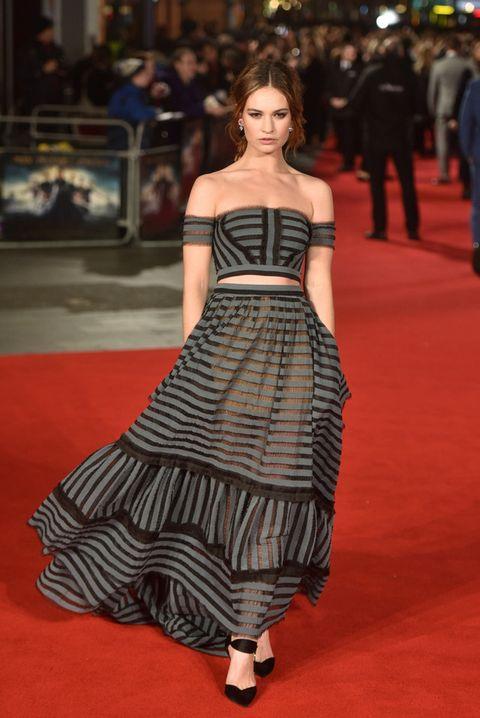 <p>En cambio patinó con este outfit dos piezas en gris y negro a rayas de la firma <strong>Erdem&nbsp;</strong>que eligió para la premiere celebrada en Londres de 'Orgullo + Prejuicio + Zombis'. Nos gustan los cambios pero este no encaja en el estilo habitual de la actriz.&nbsp;</p><p>&nbsp;</p>