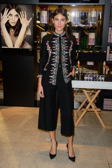 <p>Una it girl como&nbsp;<strong>Alexa Chung</strong> no podía faltar. Ella sabe darle un giro diferente a su look y por eso añade la chaqueta de estilo oriental.&nbsp;</p>