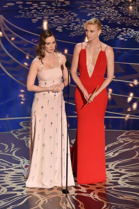<p>Ambas acertaron en la última gala de los Oscar en la que presentaron juntas el galardón a Mejor Guión Original. Charlize nos dejó con la boca abierta con un vestido rojo de <strong>Christian Dior</strong>. Emily, embarazada de su segundo hijo, muy elegante con un vestido en rosa palo con detalles joya de <strong>Prada</strong>.&nbsp;</p><p>&nbsp;</p>