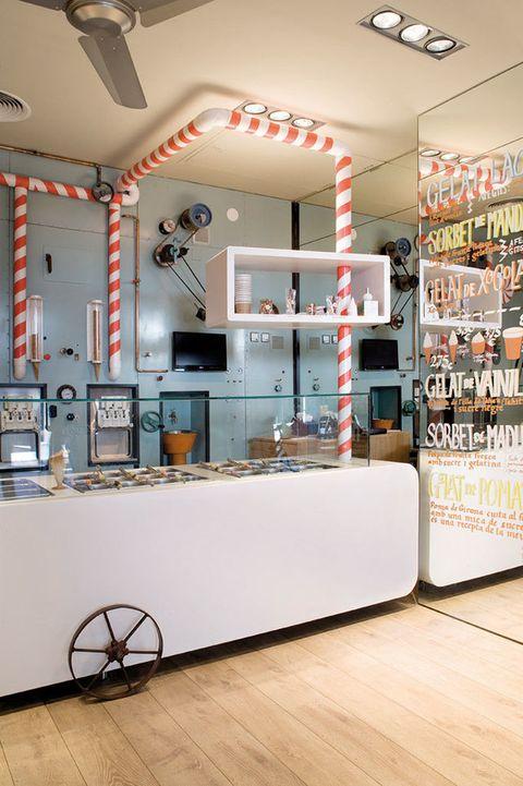 <p>Jordi Roca, maestro pastelero de El Celler de Can Roca, estrena Rocambolesc, un delicioso local de estética fantasiosa a cargo del estudio de interiorismo Sandra Tarruella (Santa Clara, 50, Gerona).</p>