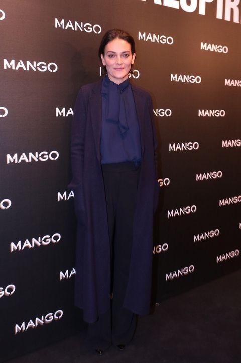 <p>'Total blue look' el de <strong>Laura Ponte</strong> con camisa con lazada, abrigo largo y pantalones palazzo.</p>