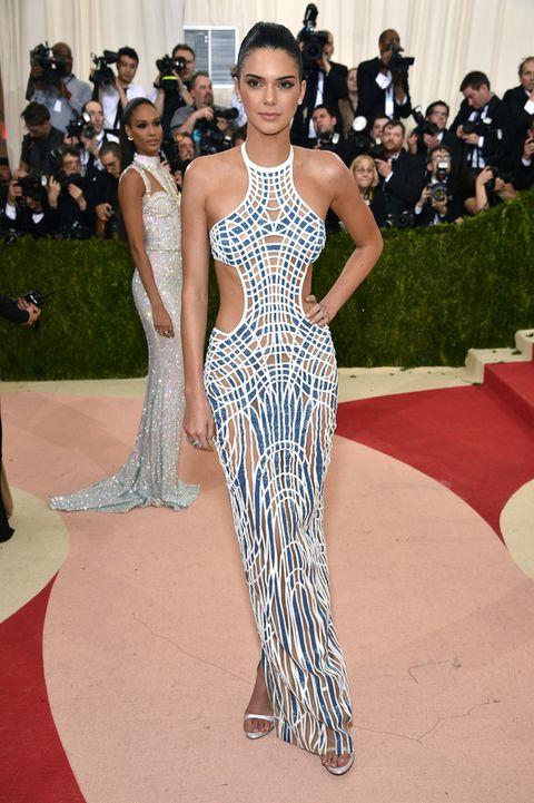 <p>Una de las combinaciones de éxito es la suma de hombros al aire más 'cut out'.</p><p>Y <strong>Kendall Jenner</strong> nos da una gran lección en la gala del MET con un vestido de<strong> Atelier Versace</strong>.</p>