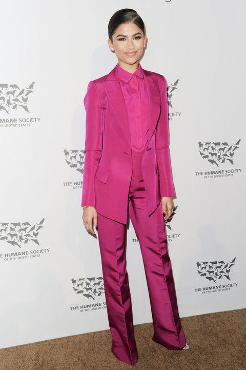<p>La cantante <strong>Zendaya</strong> hizo algo que no estamos acostumbrados a ver, un 'total pink', más bien fucsia con chaqueta, pantalón y camisa del mismo color.&nbsp;</p>