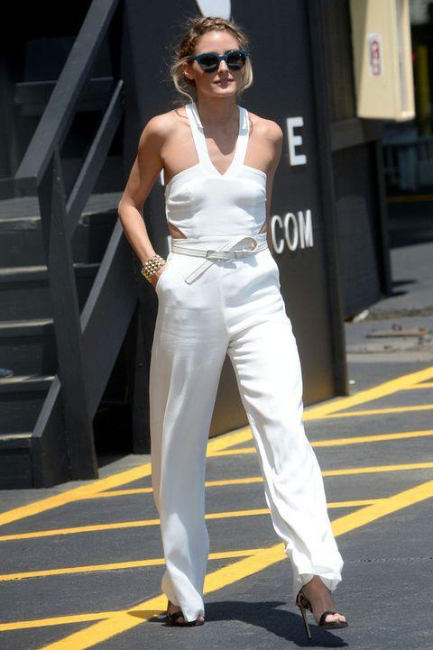 <p><strong>Olivia Palermo</strong> nos ha dejado este look con un mono blanco de <strong>Lovers + Friends</strong>, sandalias de animal print de<strong>&nbsp;Francesco Russo</strong>, brazalete dorado y gafas de sol retro. Para copiar.</p>