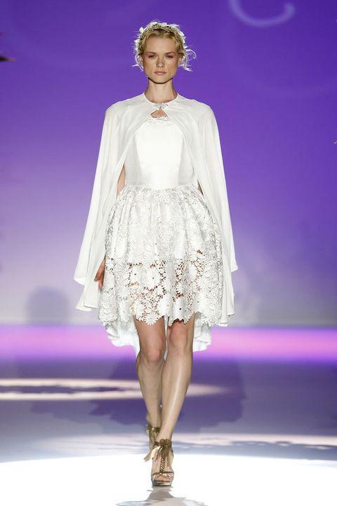 <p>Échate la capa por montera, que ahora es lo más 'in'. <strong>Carla Ruiz</strong> combina su diseño con un vestido donde el bordado y el encaje, triunfan.</p>