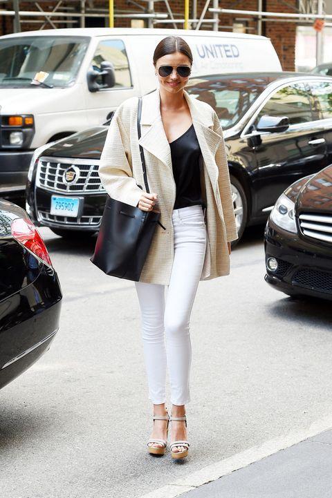 <p><strong>Miranda Kerr</strong> nos aporta el perfecto dúo 'black &amp; white' con su top, pantalones pitillo, sandalias de plataforma y maxibolso saco.</p>