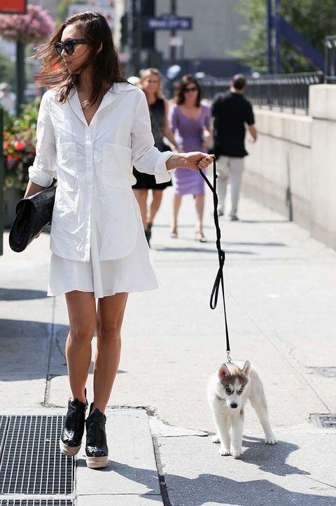 <p>La conjugación del blanco y negro en un working look como este (vestido camisero + botines y cartera), nos convence del todo.</p>
