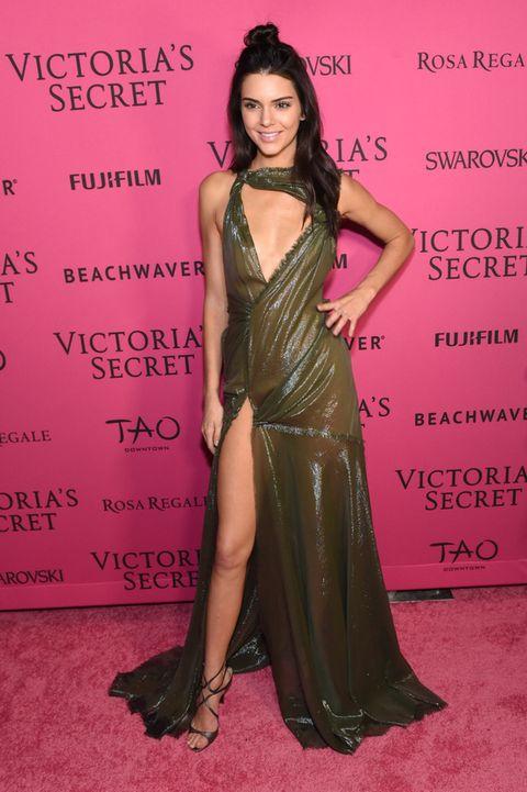 <p>No termina de convencernos este vestido verde brillante con aberturas de <strong>Versace</strong> que eligió <strong>Kendall Jenner</strong> para la fiesta posterior al desfile de Victoria's Secret. Su peinado tampoco ayuda, pero al menos se salvan las sandalias de <strong>Jimmy Choo</strong>.</p>