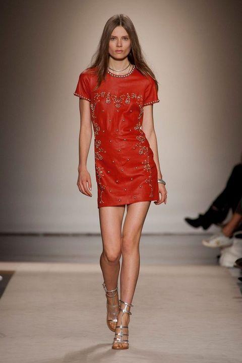 <p>Mini vestido rojo con aplicaciones doradas de Isabel Marant. </p>