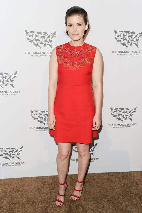 <p>Un vestido corto color caldera con detalles de bordado. Recto, sencillo, sobrio. Se nota que quien lo lleva es <strong>Kate Mara</strong>.&nbsp;</p>