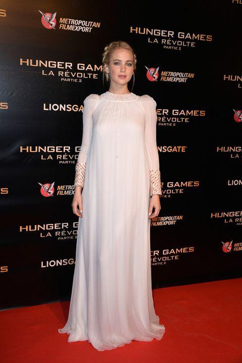 <p>Otro look de Jennifer muy etérea en París con este vestido blanco con detalles joya en la manga de <strong>Dior Alta Costura</strong> y recogido con trenza.</p>