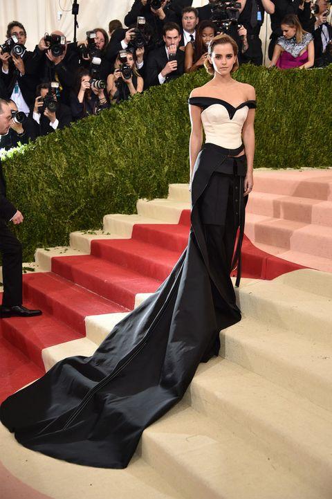 <p>Maravillosa <strong>Emma Watson</strong> que impactó en blanco y negro como una diva de Hollywood. Un excelente trabajo de <strong>Calvin Klein Collection&nbsp;</strong>realizado con materiales procedentes de botellas recicladas</p>
