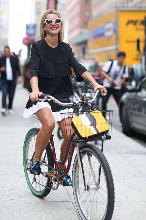 <p>Con una mini falda tableada, blusa y loafers. Un look que esta asistente de la semana de la moda de Nueva York consideró aceptable para subirse a una bici y pedalear hasta la oficina.&nbsp;</p>