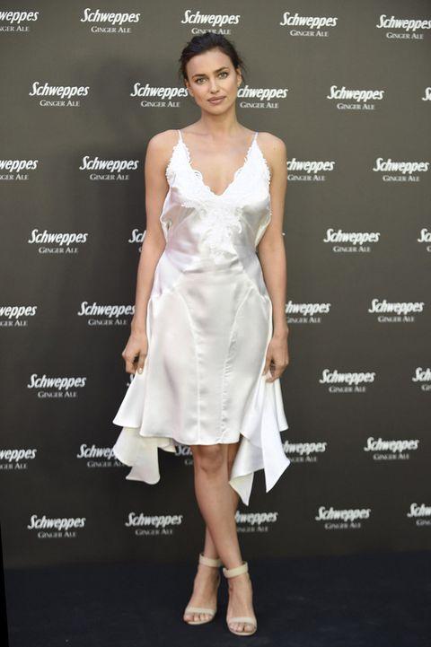 <p><strong>Irina Shayk</strong> se apuntó a la tendencia lencera con un vestido blanco de tirantes con encaje, combinado con sandalias al tobillo. Un moño informal y un maquillaje muy natural fueron sus claves 'beauty'.</p>