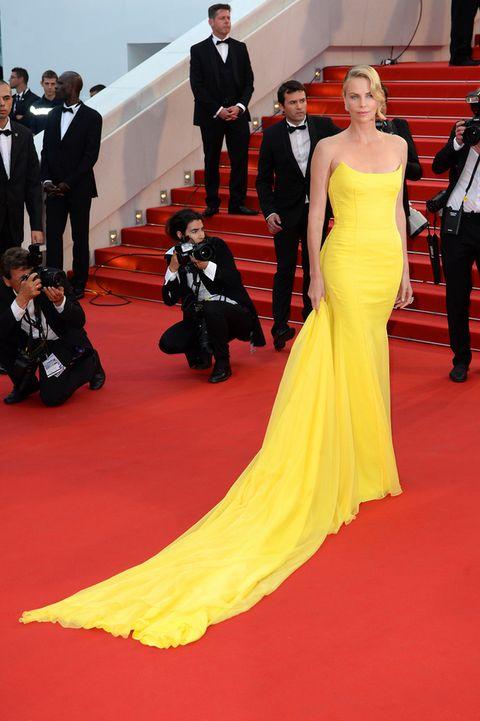 <p>Ninguna de las dos actrices tiene miedo al amarillo. La sudafricana lo demuestra con este espectacular vestido con cola de <strong>Dior</strong>.&nbsp;</p>