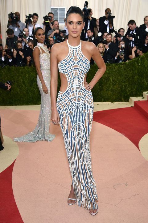 <p>Una espectacular <strong>Kendall Jenner</strong> hizo aparición con un vestido con 'cut outs' generosos y espalda al aire de <strong>Atelier Versace</strong>.</p>