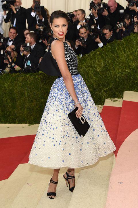 <p>Nos encantó su apuesta para acudir a la gala del MET 2016 con este vestido lady con cuerpo en blanco y negro y falda de flores azules de <strong>Giambattista</strong> <strong>Valli</strong>.</p>