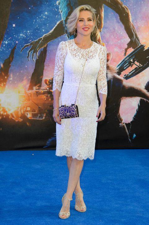 <p>Elsa saca sus lado femenino y salvaje a la vez con este look con minivestido de encaje blanco y bolso de 'animal print'.</p>